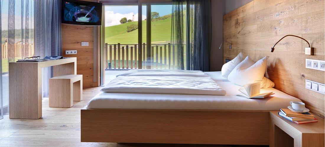 Hotelzimmer Komfort, Bett, Schreibtisch, Terrasse