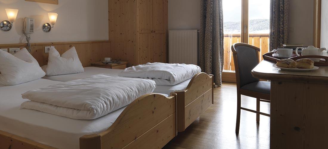 Hotelzimmer Betten, Schreibtisch