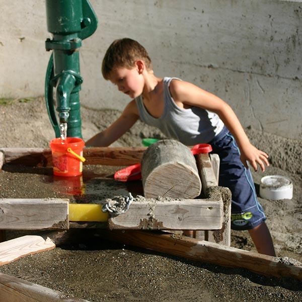 Kinderanimation mit Holzgeräten