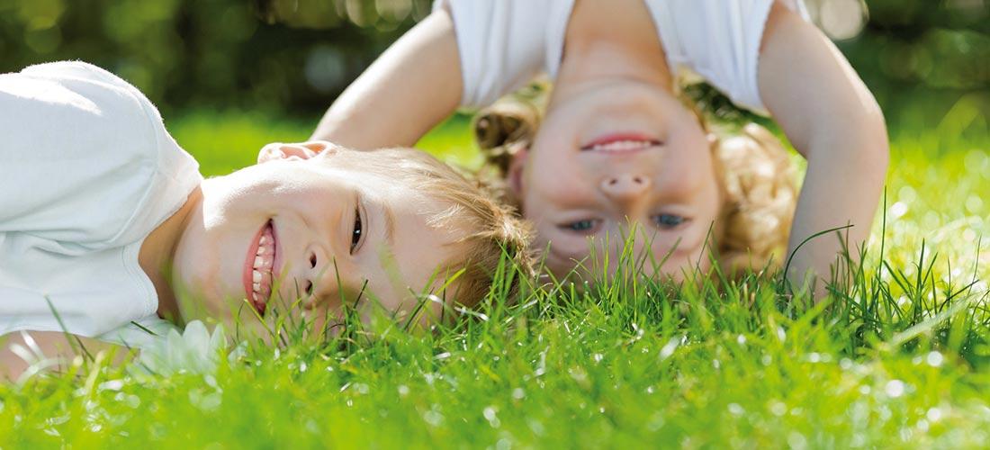2 Kinder auf der Wiese